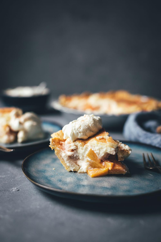 Peaches and Cream Pie – saftiger Pfirsichkuchen mit Tarte-Boden, frischen Pfirsichen und Frischkäse-Guss mit Zimt | moeyskitchen.com #peachesandcreampie #pie #peachpie #pfirsichkuchen #sommerkuchen #tarte #obsttarte #kuchen #kuchenbacken #rezept #foodblogger