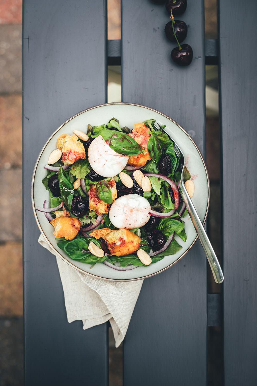 Rezept für Sommersalat mit gerösteten Kirschen, Ciabatta-Croutons und Burrata | Ferienhausküche mit Ofen, Airfryer, Grill oder Pfanne zuzubereiten | moeyskitchen.com #salat #sommersalat #kirschen #rezept #ferienhausküche #airfryer #foodblogger