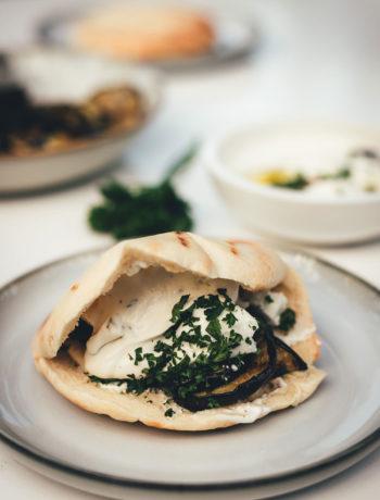 Knusprige Auberginen-Pita vom Grill | vegetarische Pita-Taschen gefüllt mit gegrillter Aubergine, Labneh und Feta | moeyskitchen.com #pita #auberginen #auberginenpita #pitatasche #rezept #foodblogger #grillen #bbq #barbecue #vegetarischgrillen #veggie #vegetarisch