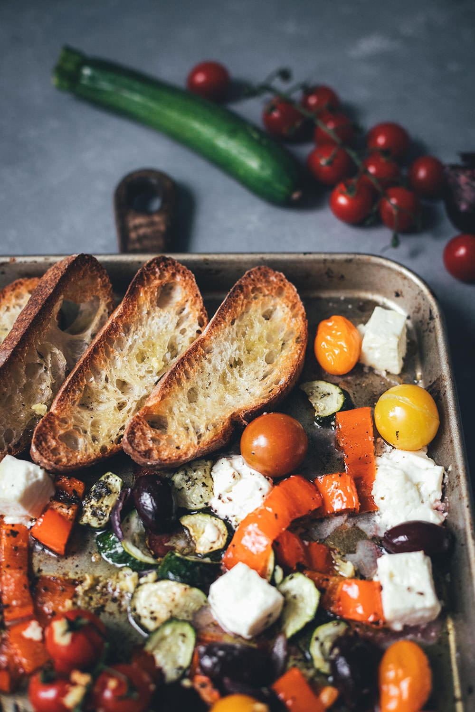 Rezept für griechisches Sommergemüse mit Feta | Fix vom Blech | moeyskitchen.com #rezept #foodblog #foodblogger #traybake #onepan #onetray #ofengericht #vomblech #einfachkochen #sommergemüse #sommerrezept #vegetarisch #veggie