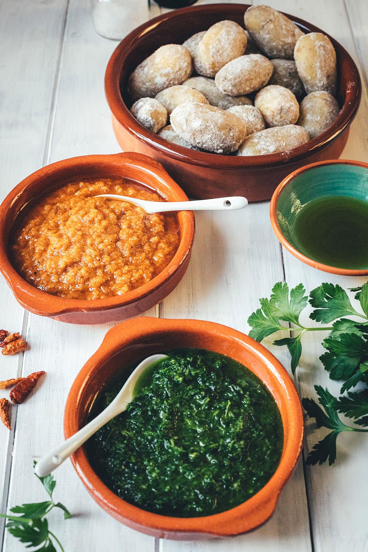Rezept für Papas arrugadas con Mojos | kanarische Runzelkartoffeln mit grüner und roter Sauce | klassisch spanisches Kartoffelgericht #papasarrugadas #tapas #runzelkartoffeln #kartoffeln #nationalpotatoday #rezept #foodblogger #mojopicon #mojoverde