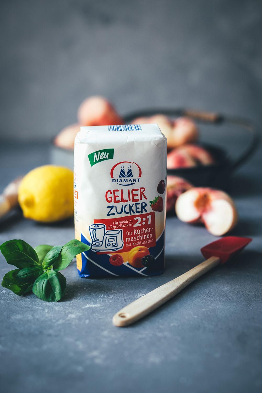 Werbung: Rezept für Pfirsich-Marmelade aus Wildpfirsichen, Zitrone und Basilikum | Konfitüre aus der Küchenmaschine mit Kochfunktion | moeyskitchen.com #marmelade #konfitüre #fruchtaufstrich #gelierzucker #diamantzucker #marmeladekochen #pfirsiche #wildpfirsiche #weinbergpfirsiche #pfirsichmarmelade #einmachen #selbermachen #kochenmitküchenmaschine
