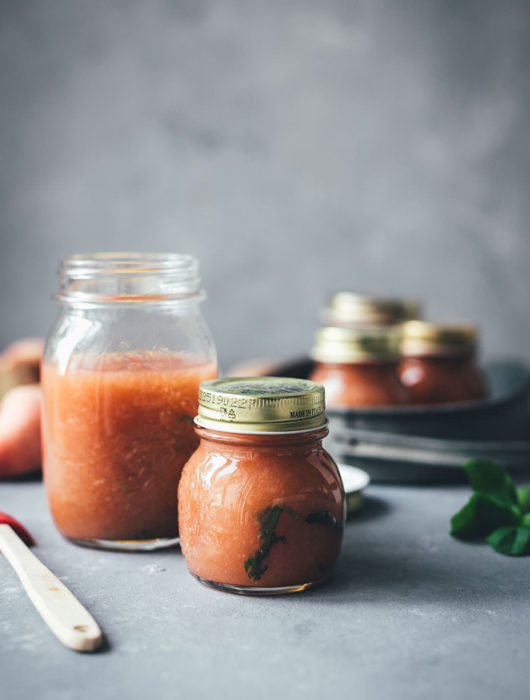 Rezept für Pfirsich-Marmelade aus Wildpfirsichen, Zitrone und Basilikum | Konfitüre aus der Küchenmaschine mit Kochfunktion | moeyskitchen.com #marmelade #konfitüre #fruchtaufstrich #gelierzucker #marmeladekochen #pfirsiche #wildpfirsiche #weinbergpfirsiche #pfirsichmarmelade #einmachen #selbermachen #kochenmitküchenmaschine