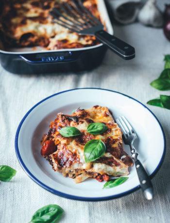 Rezept für sommerliche Ratatouille-Lasagne | vegetarische Lasagne mit Auberginen, Paprika, Zucchini, Parmesan-Béchamel und Mozzarella | moeyskitchen.com #lasagne #ratatouille #rezepte #foodblogger #vegetarisch #veggie #gemüselasagne #mozzarella #sommerküche #saisonalschmecktsbesser