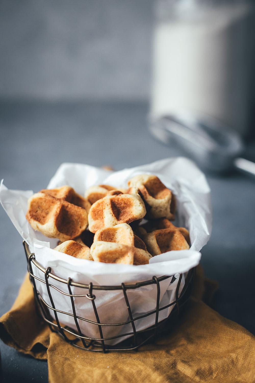 Rezept für Waffelkekse – knusprige Cookies aus dem Waffeleisen | Kekse backen mit nur 6 Zutaten und ganz ohne Backofen | moeyskitchen.com #waffelkekse #kekse #cookies #keksebacken #waffeln #waffeleisen #backenohneofen #mürbeteig #plätzchen #rezept #foodblogger