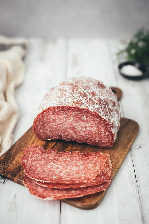 Rezept für französischen Tafelspitz-Burger im Brioche Burger Bun | in Olivenöl confierter Tafelspitz aus dem Ofen, serviert mit Chimichurri Sauce á la française, marinierten bunten Möhren, Dijon-Burger-Sauce und Rotwein | moeyskitchen.com #burger #hamburger #deluxeburger #tafelspitz #confieren #olivenöl #chimichurri #möhren #rotwein #kochen #rezept #foodblog #foodblogger