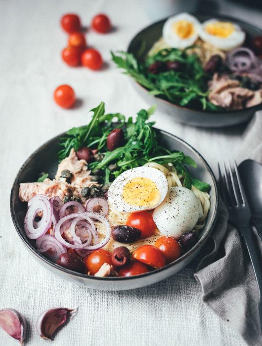 Rezept für Pasta Niçoise – in Anlehnung an den französischen Salat-Klassiker Salade Niçoise | Linguine oder Spaghetti mit Zitronen-Sauce, Rucola, Tomaten, Oliven, Zwiebeln, Kapern und wachsweichem Ei | blitzschnell auf dem Tisch | moeyskitchen.com #pasta #pastanicoise #nicoise #saladenicoise #sommerpasta #nudeln #hauptgericht #foodblog #foodblogger #rezept #kochen #schnelleküche #einfacherezepte