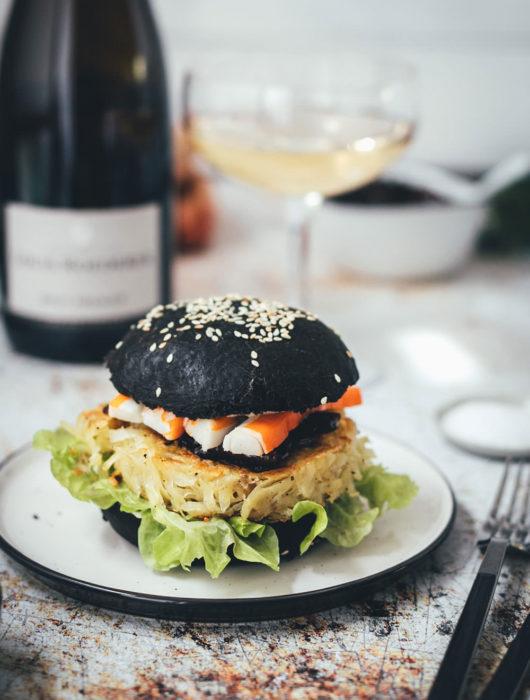 Rezept für französischen Rösti-Burger im schwarzen Brioche Burger Bun | knusprige Kartoffelrösti als Burger Patties, serviert mit Schalotten-Marmelade, Surimi-Sticks und Champagner | moeyskitchen.com #burger #hamburger #deluxeburger #rösti #kartoffelrösti #surimi #surimisticks #champagner #schalottenmarmelade
