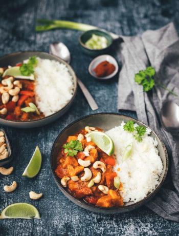 Rezept für veganes Süßkartoffel-Curry mit Kokos, Paprika und Cashews | moeyskitchen.com #rezept #foodblog #foodblogger #curry #süßkartoffeln #reis #kochen #einfachkochen #vegan #vegetarisch #einfacherezepte
