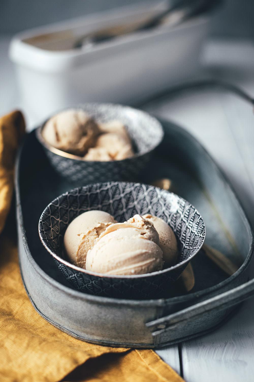 Rezept für vietnamesisches Kaffee-Eis | das Trend-Getränk Vietnamesischer Kaffee als cremiges Eis | mit gezuckerter Kondensmilch, Milch, Sahne und Instant-Kaffee | Rezept mit Eismaschine ODER mit Mixer zuzubereiten | moeyskitchen.com #eis #eiscreme #icecream #kaffee #kaffeeeis #espresso #vietnamesischerkaffee #sommer #rezept #eisrezept #foodblog #foodblogger #eismaschine #ohneeismaschine #mixer #thermomix #standmixer