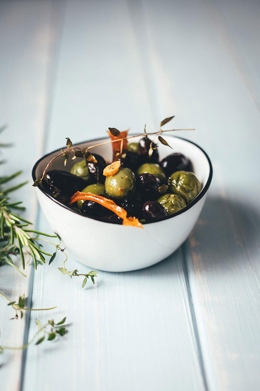 Rezept für warme Oliven aus dem Ofen als Snack oder Antipasti | geröstete Oliven mit Kräutern, Knoblauch, Orangenschale und Olivenöl | moeyskitchen.com #oliven #antipasti #snacks #tapas #aperitif #aperitivo #apero #vegan #vegetarisch #rezept #foodblog