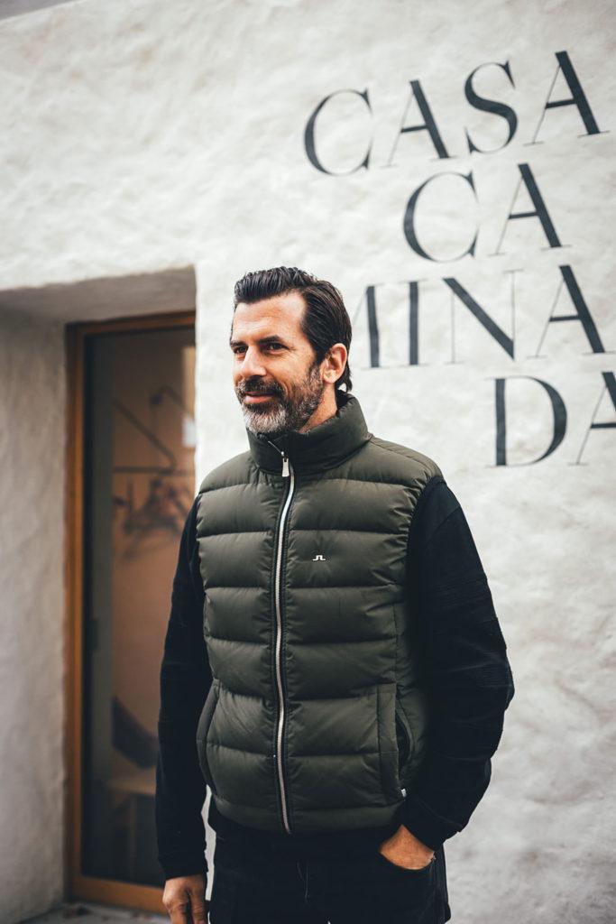 Andreas Caminada vor der Casa Caminada in Fürstenau in der Schweiz | moeyskitchen.com #andreascaminada #casacaminada #fürstenau #graubünden #schweiz #blog #reisebericht #reise