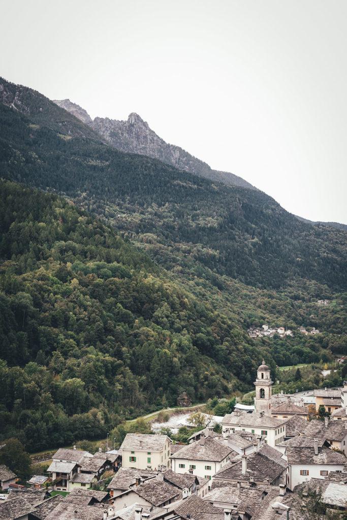 Blick über Castasegna an der Grenze zu Italien, Graubünden in der Schweiz | moeyskitchen.com #castasegna #schweiz #graubünden #reise #reisebericht #blog