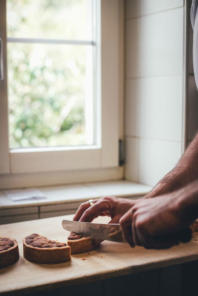 Bergeller Kastanientorte und Engadiner Nusstorte in der Bäckerei in Vicosoprano | moeyskitchen.com #bäckerei #backen #kastanientorte #nusstorte #engadin #bergell #schweiz #graubünden #reise #reisebericht #blog