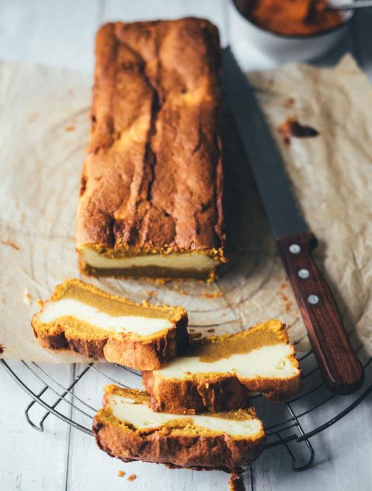Rezept für Kürbis-Frischkäse-Kuchen | saftiges Kürbisbrot mit Kürbispüree und Cheesecake-Füllung | der perfekte einfache Kuchen für den Herbst | moeyskitchen.com #herbst #herbstküche #backen #kuchen #kuchenbacken #kürbiskuchen #kürbis #kürbispüree #foodblog #foodblogger #rezept