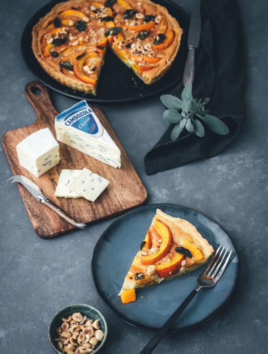 Rezept für herbstliche Kürbis-Quiche mit CAMBOZOLA, Salbei und Haselnüssen | moeyskitchen.com #quiche #tarte #herbst #kürbis #rezept #foodblog #foodblogger #herbstrezepte #goldenerherbst #einfachkochen #vegetarisch #blauschimmelkäse