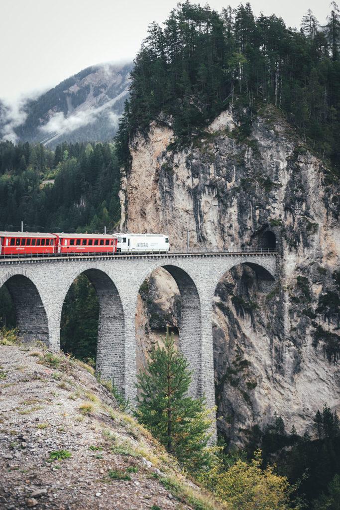 Fahrt mit dem Bernina Express auf der Albulabahn über das Landwasserviadukt | moeyskitchen.com #rhätischebahn #berninaexpress #albulabahn #landwasserviadukt #eisenbahn #zug #weltkulturerbe #unescoweltkulturerbe #graubünden #schweiz #reise #reisebericht #blog