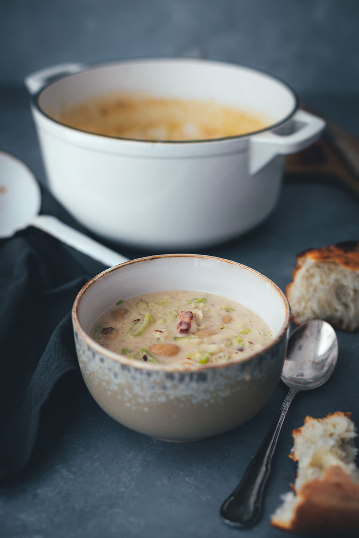 Rezept für cremige Lauch-Suppe mit Speck und weißen Bohnen | moeyskitchen.com #suppe #lauch #porree #lauchsuppe #herbst #herbstküche #saisonal #regional #saisonalschmecktsbesser #foodblog #rezept