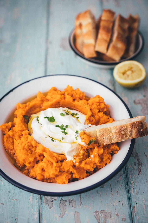Rezept für würziges Möhrenpüree mit Kreuzkümmel und Knoblauch-Joghurt | leckere Meze (Mezze) als Dip oder Vorspeise | moeyskitchen.com #rezept #foodblog #meze #mezze #vorspeise #dip #möhren #möhrenpüree #joghurt #orientalisch #levante