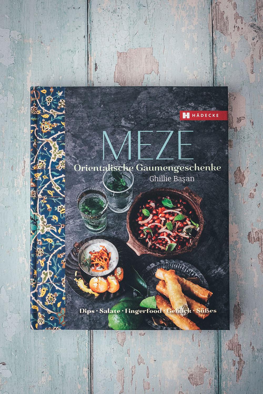 Meze-Buch aus dem Hädecke-Verlag | Rezept für würziges Möhrenpüree mit Kreuzkümmel und Knoblauch-Joghurt | leckere Meze (Mezze) als Dip oder Vorspeise | moeyskitchen.com #rezept #foodblog #meze #mezze #vorspeise #dip #möhren #möhrenpüree #joghurt #orientalisch #levante