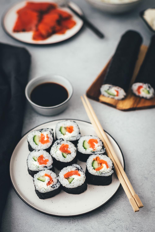 Nordisches Sushi – Futo Maki mit Graved Wildlachs, Gurke, Meerrettich-Frischkäse und Dill - moey's kitchen foodblog