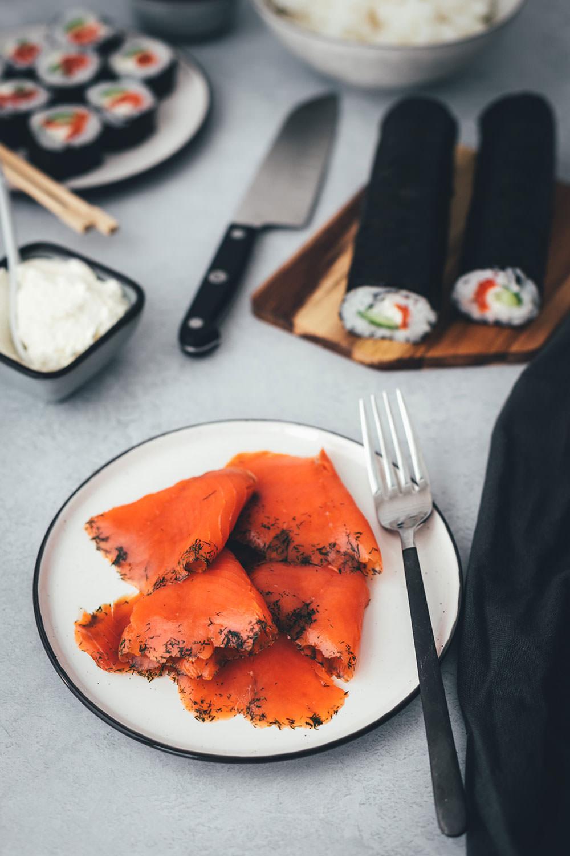 Rezept für nordisches Sushi – Futo Maki mit Graved Lachs, Gurke, Meerrettich-Frischkäse und Dill | moeyskitchen.com #rezept #sushi #sushiselbermachen #homemade #selbstgemacht #maki #futomaki #wildlachs #gravedlachs #foodblog #foodblogger #rezept