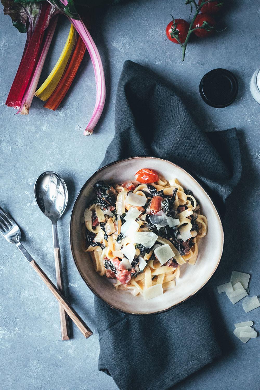 Pasta mit Mangold, Tomaten und Ziegenfrischkäse | Rezept für die schnelle Feierabendküche | moeyskitchen.com #pasta #mangold #feierabendküche #schnellerezepte #einfachkochen #vegetarisch #rezept #foodblog #foodblogger