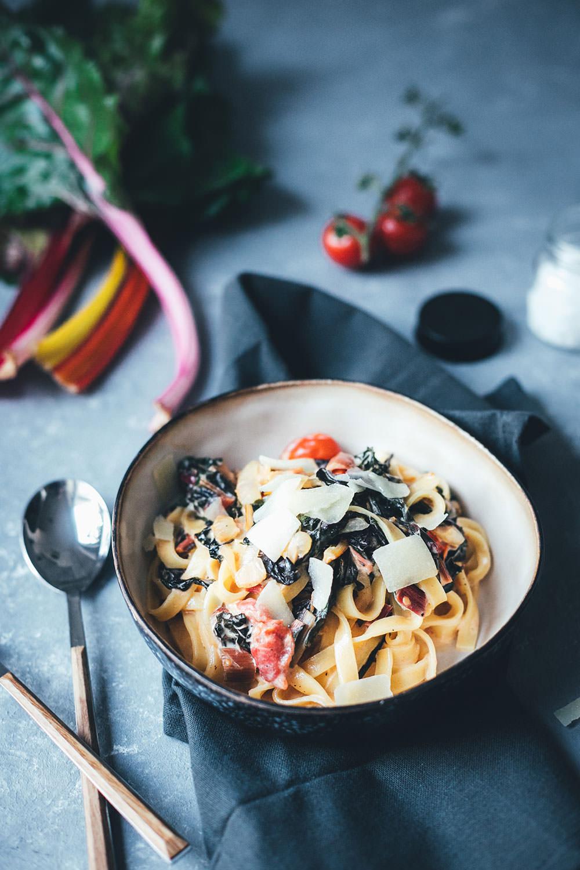 Schnelle Pasta mit Mangold, Tomaten und Frischkäse-Sauce