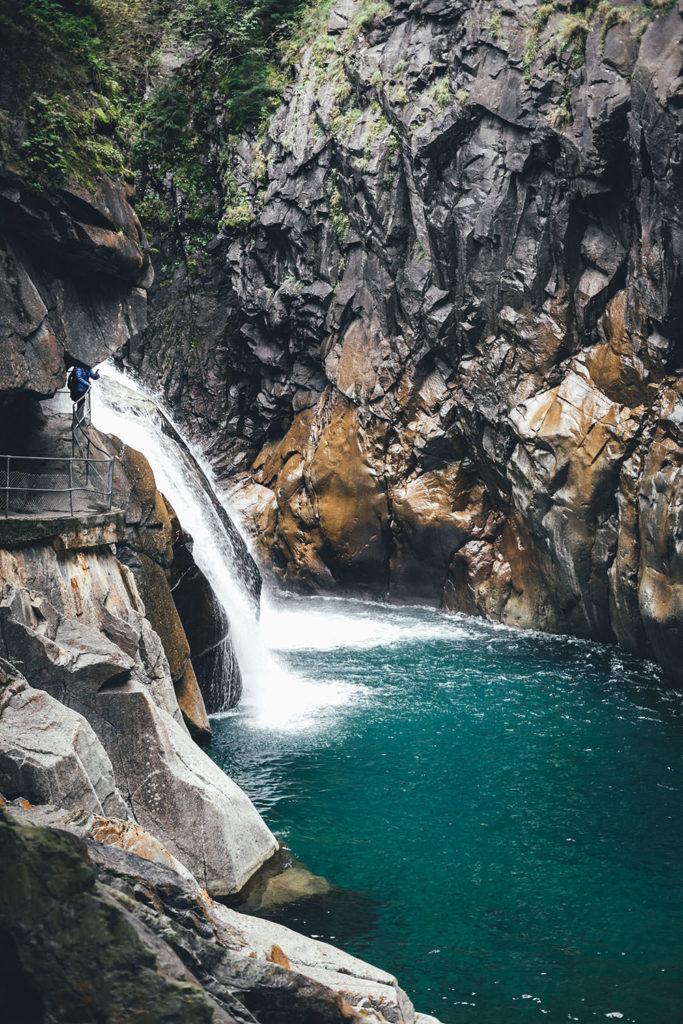 Die begehbare Felsengalerie und der Wasserfall in der Rofflaschlucht (Roflaschlucht) | moeyskitchen.com #schweiz #graubünden #reise #reisebericht #schlucht #rhein #rofflaschlucht #roflaschlucht #blog #wasserfall