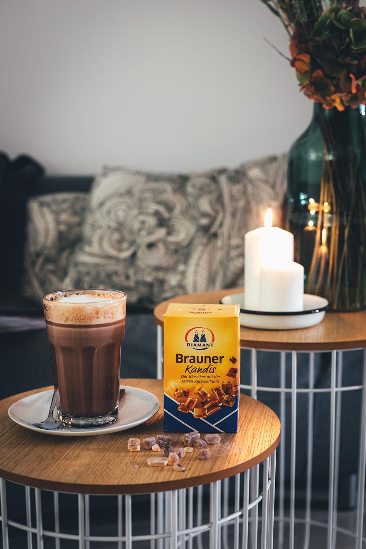 Rezept für leckeren Schoko-Cappuccino | Heiße Milch mit Zartbitterschokolade, braunem Kandis, Espresso und Milchschaum | moeyskitchen.com #rezept #foodblog #getränk #heißgetränk #kaffee #kakao #cappuccino #heißeschokolade #milchschaum #metime #auszeit