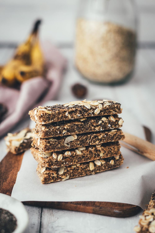 Rezept für vegane Chia-Müsliriegel mit Datteln und Bananen | ohne zusätzlichen Zucker und ohne Fett | softe Müsliriegel als gesunder Snack | moeyskitchen.com #müsliriegel #chia #healthy #vegan #snack #fürsbüro #nervennahrung #foodblog #rezept