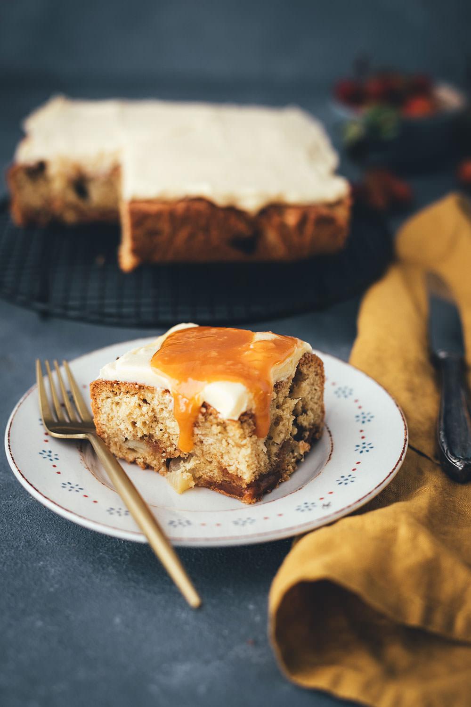 Rezept für leckeren Apfel-Karamell-Kuchen | saftiger Apfelkuchen mit Karamellbonbons, Karamellsauce und Frosting | moeyskitchen.com #apfelkuchen #kuchen #kuchenbacken #karamell #karamellsauce #herbst #backen #foodblog #blogger #rezept