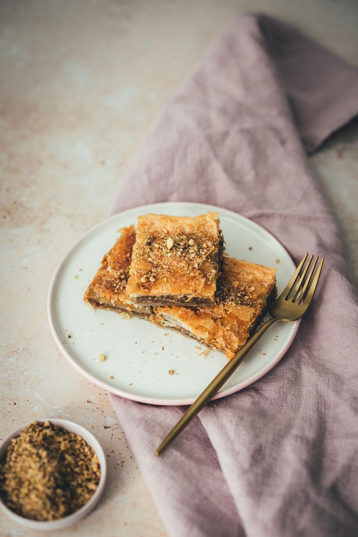 Rezept für einfaches Blätterteig-Baklava | schnelles Gebäck mit nur wenig Zutaten und wenig Aufwand | moeyskitchen.com #rezept #backen #backrezept #baklava #blätterteig #puffpastry #gebäck #nüsse #foodblog #einfachbacken
