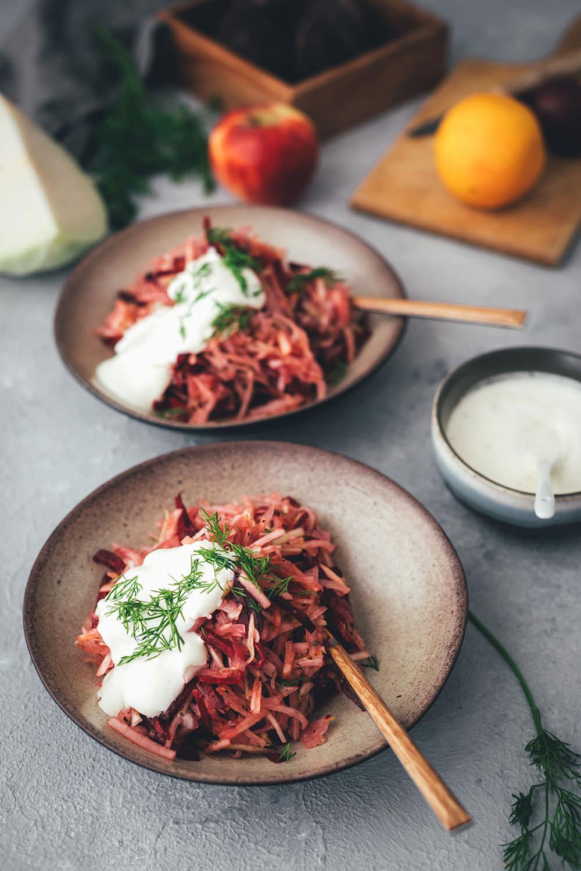 Einfaches und schnelles Rezept für dekonstruierten Borschtsch – den osteuropäischen Eintopf, der auch als Borscht bekannt ist, gibt es heute von mir mal nicht als Suppe, sondern als knackigen Salat | herbstlicher Krautsalat aus Weißkohl, Rote Bete und Apfel | für die schnelle und vegetarische Feierabendküche geeignet | moeyskitchen.com