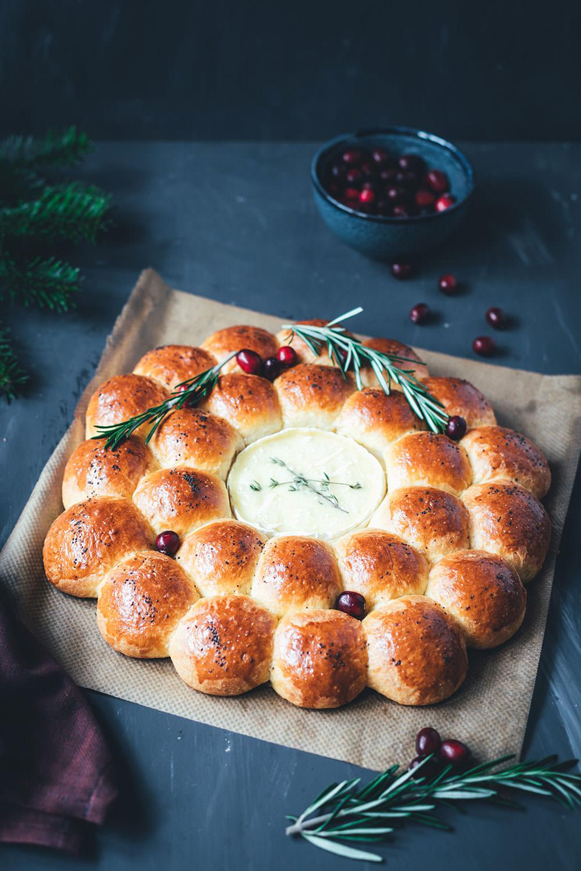 Brioche-Kranz | herzhaftes Pull Apart Bread | Zupfbrot mit gebackenem Camembert in der Mitte | moeyskitchen.com