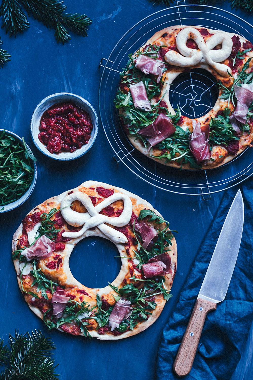 Pizza-Kranz – leckere Weihnachtspizza | super Idee für die ganze Familie - Pizza in festlicher Form zu Weihnachten, die jeder nach seinem eigenen Geschmack belegen kann | moeyskitchen.com