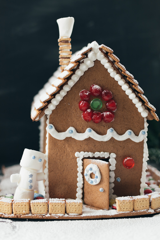 Selbst gemachtes Lebkuchenhaus – ein Spaß für die ganze Familie | Lebkuchen backen ist super einfach - daraus lässt sich ein tolles Lebkuchen-Haus bauen und individuell verzieren | moeyskitchen.com