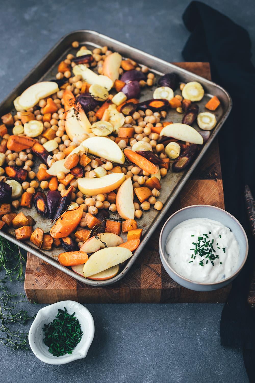 Rezept für herbstliches Ofengemüse mit CAMBOZOLA-Dip | bunte Möhren, Süßkartoffeln und Pastinaken treffen auf Apfel und Kichererbsen und werden mit einem würzigen Blauschimmelkäse-Dip serviert | moeyskitchen.com #ofengemüse #vomblech #sheetpan #onepandinner #vegetarisch #gemüseküche #imherbst #schnellgemacht #rezept #foodblogger