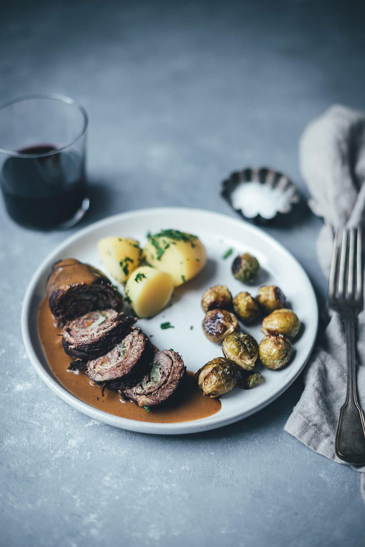 Rezept für klassische Rinderrouladen mit Rotweinsauce und Petersilienkartoffeln | ein wunderbares Hauptgericht und eine tolle Alternative für das Weihnachtsessen | moeyskitchen.com