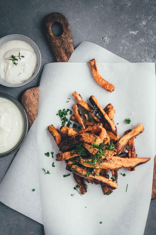 Rezept für die besten Süßkartoffel-Pommes aus dem Airfryer | leckere Fritten aus der Heißluftfritteuse | moeyskitchen.com #süßkartoffelpommes #süßkartoffelfritten #süßkartoffeln #pommes #fritten #fries #sweetpotatofries #airfryer #rezept #foodblog