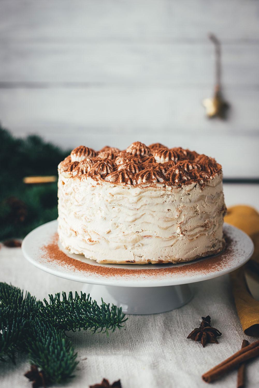Rezept für Tearamisu Crêpes Torte | Tiramisu trifft Pfannkuchen-Torte | moeyskitchen.com #tearamisu #tiramisu #torte #kuchen #crepe #crepes #crepestorte #crepetorte #pfannkuchentorte #mascarponecreme #kühlschrankkuchen #rezept #foodblog #kuchenbacken