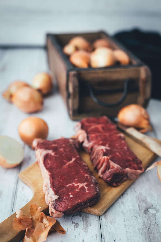 Rezept für Zwiebelrostbraten mit Bratkartoffeln | Roastbeef mit Röstzwiebeln und Zwiebelsauce und knusprigen Kartoffeln | moeyskitchen.com #rostbraten #zwiebelrostbraten #zwiebel #zwiebeln #steak #roastbeef #rumpsteak #bratkartoffeln #rezept #foodblog