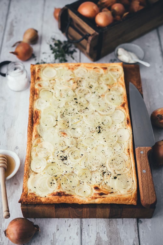 Rezept für einfache Zwiebeltarte | leckere Blätterteig-Tarte mit frischen Zwiebeln, Crème fraîche, Thymian und Honig – perfekt für die schnelle Feierabendküche | moeyskitchen.com #zwiebel #zwiebeln #tarte #zwiebeltarte #blätterteig #vegetarisch #feierabendküche #einfacherezepte #einfachkochen #rezept #foodblog