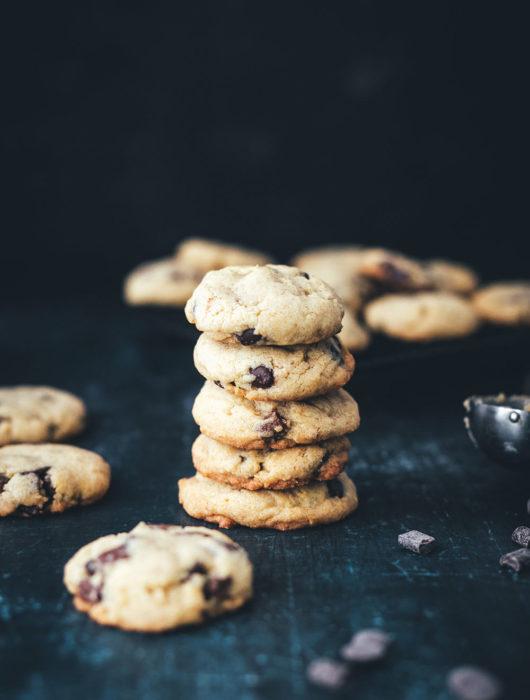 Rezept für Chocolate Chip Cookies | klassische Cookies – für mich die besten Kekse der Welt | außen knusprig und innen weich, dank bester Zutaten und Teigruhe im Kühlschrank vor dem Backen | moeyskitchen.com