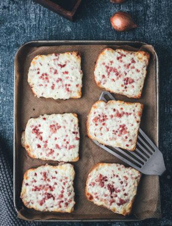Flammkuchen-Toast – Fix auf dem Tisch! | knuspriges Toast mit herzhaftem Flammkuchen-Belag aus Crème fraîche, Zwiebeln, Speck und Käse | funktioniert mit einfachem Toastbrot oder Sandwich-Brot – einfach im Ofen überbacken | in 20 Minuten zum schnellen Abendessen – perfekt für die Feierabendküche | moeyskitchen.com
