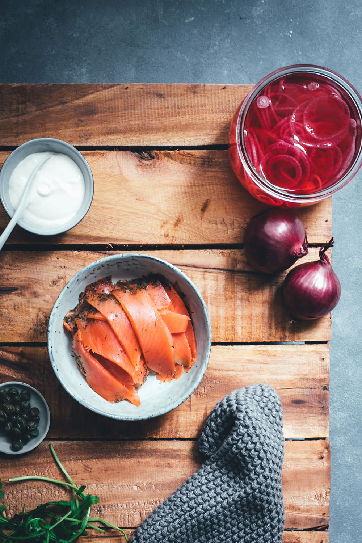 Herzhafter Pfannkuchen – Dutch Baby Pancake als Ofenpfannkuchen | gefüllt mit Graved Lachs, eingelegten roten Zwiebeln, Rucola, Kapern und Crème fraîche | perfekt für Frühstück & Brunch, zum Mittagessen oder für die schnelle Feierabendküche | einfaches Rezept mit Fisch | moeyskitchen.com