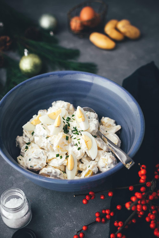 Hier teile ich das Rezept für klassischen Kartoffelsalat mit Würstchen mit euch, wie man ihn in meiner Familie traditionell an Heiligabend isst. Es ist ein super einfacher und so leckerer Kartoffelsalat mit Mayonnaise, Gurken, Schnittlauch und hart gekochten Eiern. Dazu passen Wiener Würstchen oder Bockwürstchen und Senf. Der Salat schmeckt aber nicht nur zu Weihnachten, sondern auch das ganze Jahr über, zum Beispiel als Beilage zum Grillen. | moeyskitchen.com