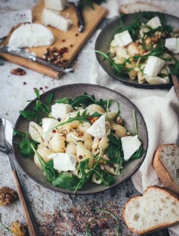 Hier gibt es heute das Rezept für leckere Pasta mit cremiger Ziegenkäse-Sauce. Die Pasta passt perfekt in die schnelle Feierabendküche und ist super schnell und einfach angerührt. Das vegetarische Rezept überzeugt dank leckerer Zutaten und französischem Ziegenfrischkäse – dadurch schmeckt die Sauce mild und fein. Schalotten und Dijon-Senf sorgen für die richtige Würzung. Egal ob als schnelles Abendessen oder als einfaches Pastagericht für Freunde und Familie – probiert das Rezept für die leckeren Nudeln unbedingt mal aus! | moeyskitchen.com