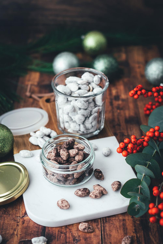 Schoko-Mandeln wie vom Weihnachtsmarkt! Hier habe ich zwei Rezepte für leckere Schoko-Gewürz-Mandeln: einmal in einer hellen Variante mit weißer Schokolade, Spekulatius-Gewürz und Puderzucker. Und dann noch in einer dunklen Variante mit Zartbitter-Schokolade, Lebkuchen-Gewürz und Kakao. Die Schoko-Mandeln sind blitzschnell zubereitet und so einfach selbst gemacht und eignen sich hervorragend als kulinarisches Geschenk aus der Küche. Perfekt für die Advents- und Weihnachtszeit und eine leckere Abwechslung auf dem Plätzchenteller zu Weihnachten! | moeyskitchen.com