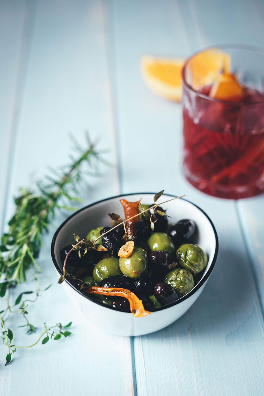 Warme Oliven mit Negroni